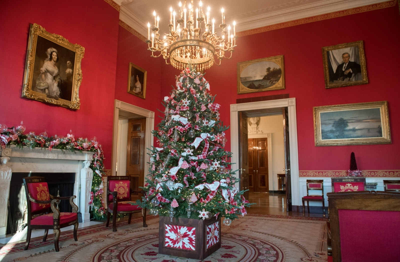 White House Christmas decorations, personally chosen by ...